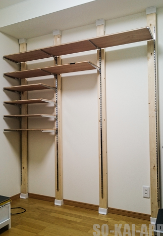 人気のディアウォールを活用して 壁面収納 を自作しました。 チャンネルサポートを採用したので棚の位置や高さを自由に変えることができます。