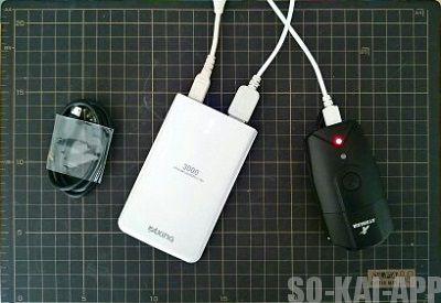ATARAXIA のヘッドライトをモバイルバッテリーで充電する様子