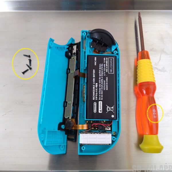 Nintendo Switch の Joy-Con(左) をY字ドライバーで開けたところの写真