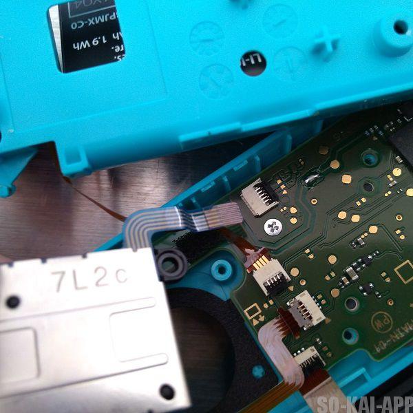 Nintendo Switch の Joy-Con(左) のスティックの配線が抜けたところ。少し怖いけどグッと引っ張ると抜ける。